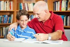 Bibliothek - Student und Vater Lizenzfreie Stockfotografie