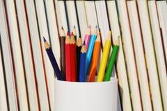 Bibliothek und Bleistifte Lizenzfreie Stockfotos