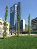 Bibliothek von Bäumen, der neue Mailand-Park, der das Palazzo-della Regione Lombardia, Wolkenkratzer übersieht Lizenzfreie Stockbilder