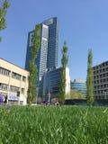 Bibliothek von Bäumen, der neue Mailand-Park, der das Palazzo-della Regione Lombardia, Wolkenkratzer übersieht Lizenzfreie Stockfotos