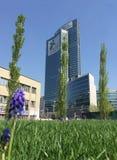 Bibliothek von Bäumen, der neue Mailand-Park, der das Palazzo-della Regione Lombardia, Wolkenkratzer übersieht Stockbild