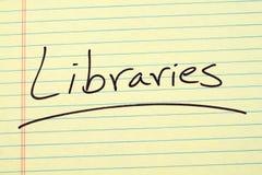 Bibliotheken auf einem gelben Kanzleibogenblock stockfoto