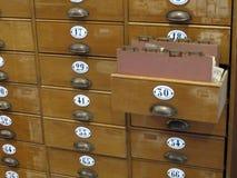 Bibliotheks-CAB-Datei mit alten hölzernen Karten-Fächern Stockfotos