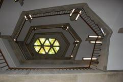 Bibliotheks-Treppenhaus, geometrisches Bild stockfotos