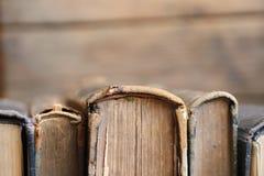 Bibliothekskonzept - alte Bücher, Weichzeichnung Stockbilder