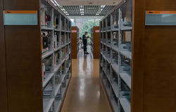 Bibliotheksregale lizenzfreie stockfotografie