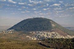 Biblisk montering Tabor och den arabiska byn Arkivbild