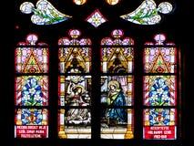 Biblisk platsmålat glass inom gotiska Roman Catholic Church av St Michael Arkivfoton