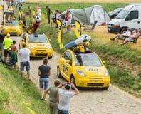 Bic-Wohnwagen auf einem Kopfstein-Straßen-Tour de France 2015 Stockfotografie