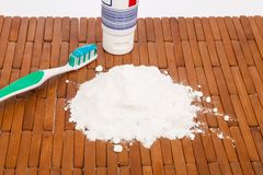 Bicarbonaat, tandenborstel en citroen stock afbeeldingen