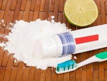 Bicarbonaat, tandenborstel en citroen stock afbeelding