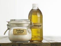 Bicarbonate de soude avec du vinaigre de cidre de pomme Photographie stock libre de droits