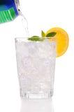 Bicarbonate de soude se renversant d'un bidon dans une glace. photographie stock