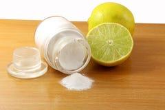 Bicarbonato de sódio ou fermento em pó na garrafa de vidro com fruto do limão Imagens de Stock