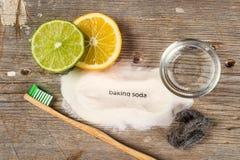 Bicarbonato de sosa, agua, limón, esponja, cepillo de dientes Imagen de archivo libre de regalías