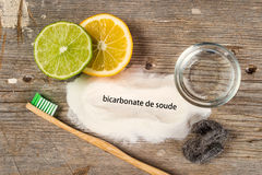 Bicarbonato de sosa, agua, limón, esponja, cepillo de dientes Foto de archivo