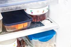 Bicarbonato de sosa colocado en refrigerador para desodorizar mún olor fotografía de archivo