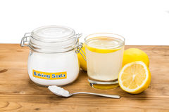 Bicarbonato di sodio con il succo di limone in vetro per usag olistico multiplo fotografia stock