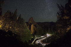 BICAZ-KLOOF curvy weg bij nacht Stock Afbeeldingen