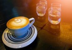 Bicchiere d'acqua caldo del caffè del caffè espresso Fotografia Stock