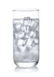 Bicchiere d'acqua con ghiaccio su fondo bianco Fotografia Stock