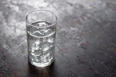 Bicchiere d'acqua con ghiaccio su fondo nero Fotografia Stock