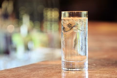 Bicchiere d'acqua con ghiaccio sul supporto della barra Fotografia Stock Libera da Diritti