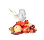 Bicchiere d'acqua con il gruppo di frutta e di verdure mature Fotografia Stock