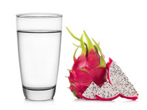 Bicchiere d'acqua e cracker su fondo bianco Fotografia Stock