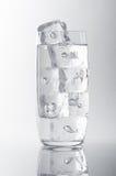 Bicchiere d'acqua e ghiaccio Fotografia Stock Libera da Diritti