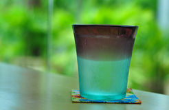 Bicchiere d'acqua sul fondo della natura Fotografia Stock Libera da Diritti