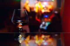 Bicchiere da brandy con brandy fotografie stock