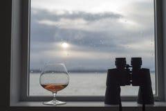 Bicchiere da brandy di brandy con il binocolo Fotografia Stock Libera da Diritti