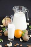 Bicchiere di latte con la menta delle mandorle della frutta Fotografia Stock