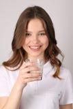 Bicchiere di latte di tenuta di modello Fine in su Priorità bassa bianca Immagini Stock