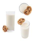 Bicchiere di latte e biscotto isolati sopra i precedenti bianchi fotografia stock