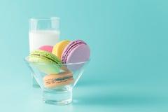 Bicchiere di latte e maccherone fotografia stock