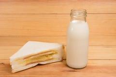 Bicchiere di latte e panino Fotografia Stock Libera da Diritti