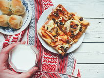 bicchiere di latte, pizza casalinga e focaccine al latte casalinghe sulla tavola Immagine Stock Libera da Diritti