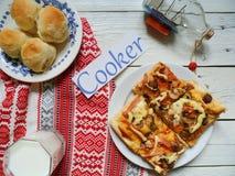 bicchiere di latte, pizza casalinga, muffin su una tavola bianca Fotografia Stock Libera da Diritti