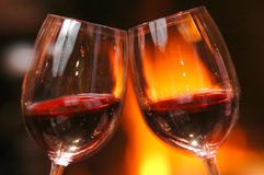 Bicchiere di vino accanto al fuoco Immagini Stock Libere da Diritti