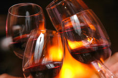Bicchiere di vino accanto al fuoco Fotografia Stock