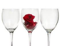 Bicchiere di vino con il fiore di rosa Fotografia Stock