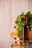 Bicchiere di vino con l'uva e le foglie Immagine Stock
