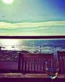 Bicchiere di vino con le belle viste della spiaggia immagine stock libera da diritti