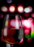 Bicchiere di vino con priorità bassa defocused Fotografia Stock Libera da Diritti