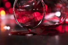 Bicchiere di vino con vino rosso immagine stock