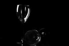 Bicchiere di vino due sui precedenti scuri Immagine Stock