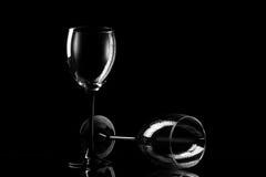 Bicchiere di vino due sui precedenti scuri Fotografie Stock Libere da Diritti