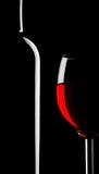 Bicchiere di vino e bottiglia sul nero Immagine Stock Libera da Diritti